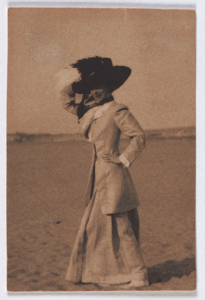 Young lady with big hat on the beach, de profil, Adolphe de Meyer